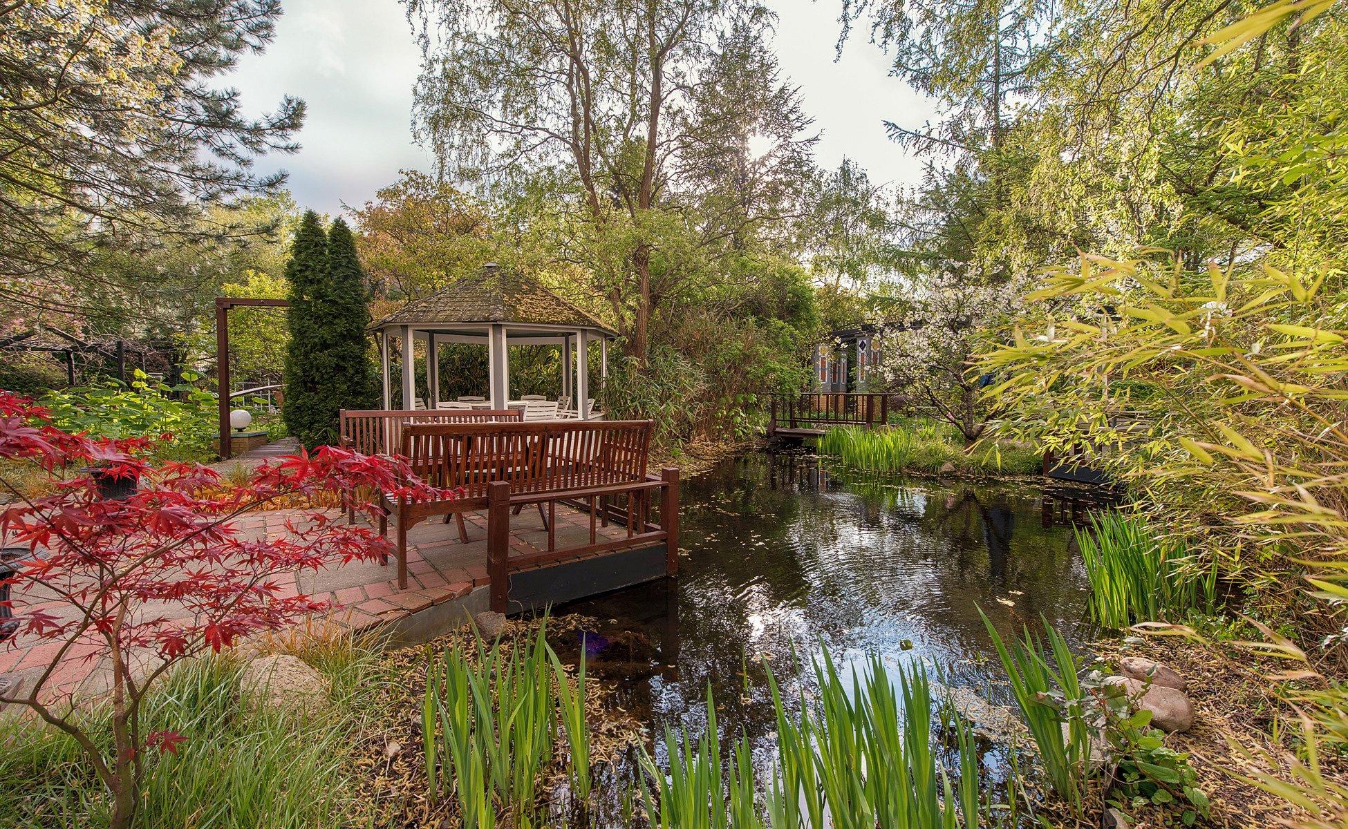 Grenzfall Garten mit Teich und Teehaus